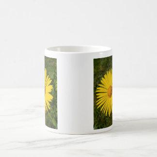 Taza de café amarilla de la flor