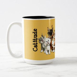 Taza de café amarilla de los gatos lindos del