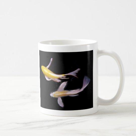 Taza de café amarilla de los pares de Koi