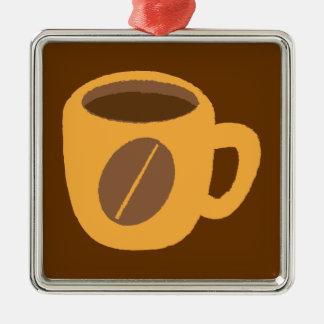 Taza de café anaranjada con un grano de café adorno cuadrado plateado