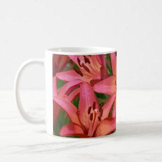 Taza de café anaranjada de la impresión de los