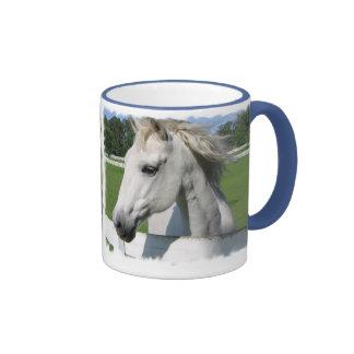Taza de café árabe blanca del caballo