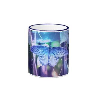 Taza de café azul de la mariposa