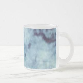 Taza de café azul del batik que arde