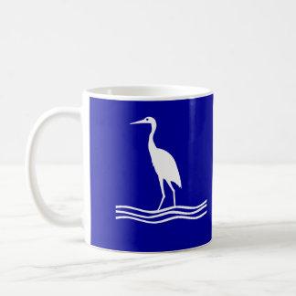 Taza de café azul del pájaro blanco de la garza