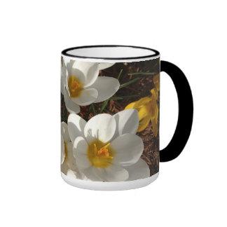 Taza de café blanca del azafrán