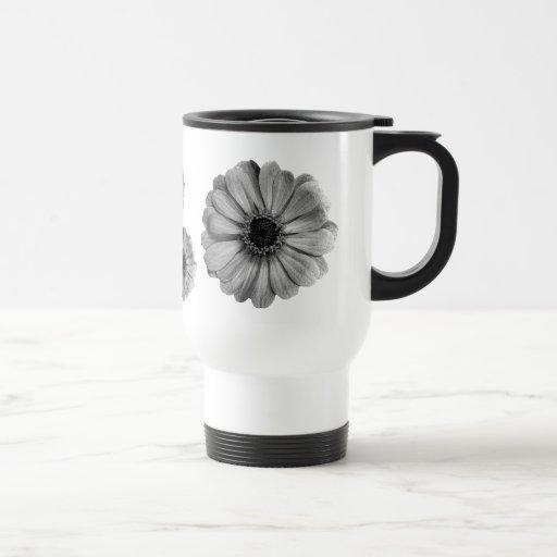 Taza de café blanco y negro bonita de las margarit