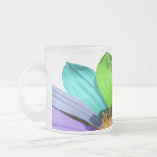 Taza de café coloreada arco iris de la flor