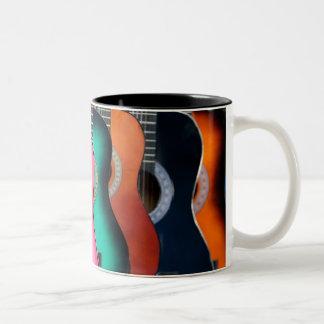 Taza de café colorida de las guitarras acústicas