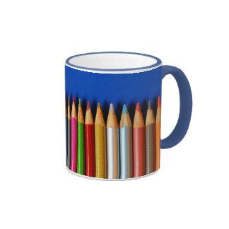 Taza de café colorida del modelo del creyón del