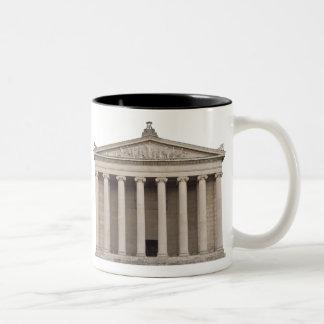 Taza de café con arquitectura clásica