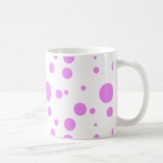 Taza de café con diseño rosado del lunar