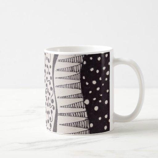 Taza de café con el dibujo blanco y negro