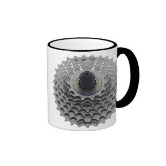 Taza de café con el piñón de la bici