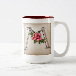 Taza de café con la inicial adornada magnífica M
