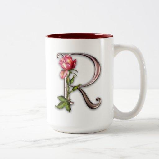 Taza de café con la inicial adornada magnífica R