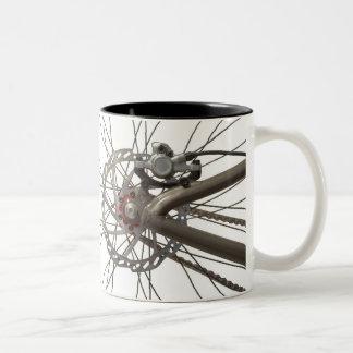 Taza de café con la rueda de la parte posterior de