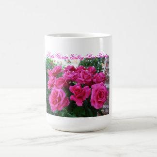 Taza de café con los rosas rosados