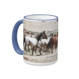 Taza de café corriente de la foto de los caballos