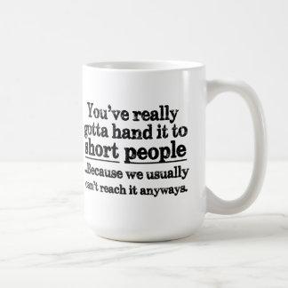Taza de café corta divertida de la cita de la gent
