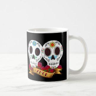 """Taza de café de """"Amor"""" de los cráneos del amor"""