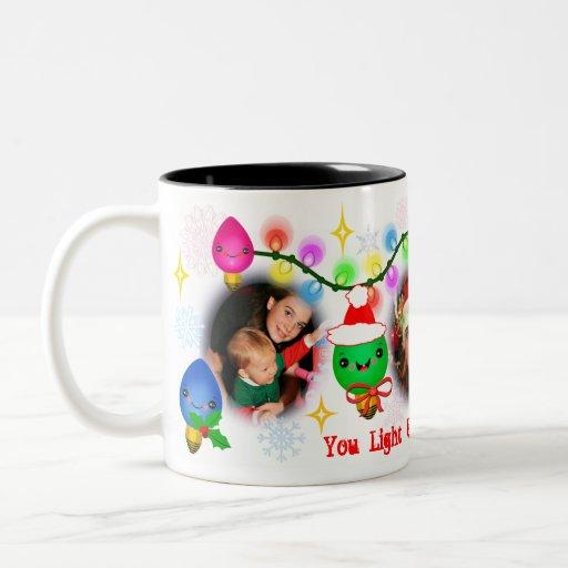 Taza de café de encargo de las luces de navidad de