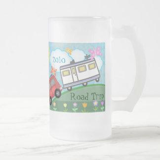 Taza de café de encargo del campista del viaje por