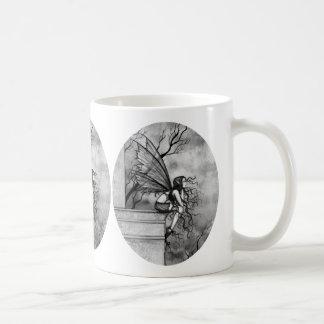 Taza de café de hadas gótica por Molly Harrison