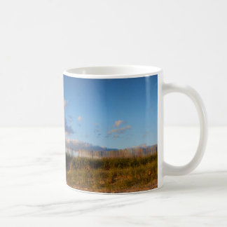 Taza de café de la cerca de la playa