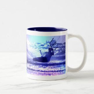 Taza de café de la cometa que practica surf