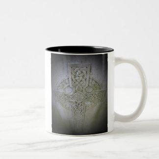 Taza de café de la cruz céltica