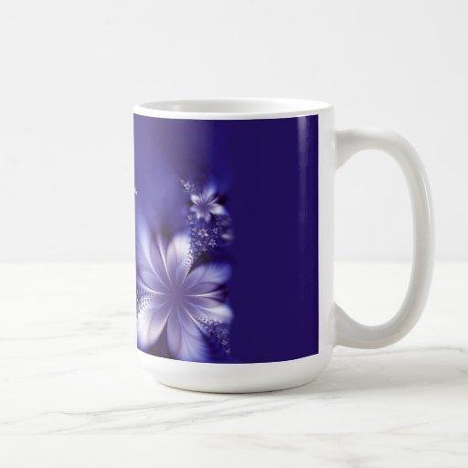 Taza de café de la escritura con las flores púrpur