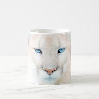 Taza de café de la fauna de la cara del puma