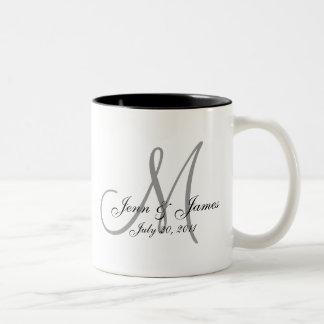 Taza de café de la fecha del novio de la novia del