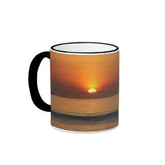 Taza de café de la foto de color de la salida del