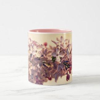 Taza de café de la foto de la lila