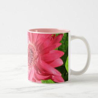 Taza de café de la margarita de las rosas fuertes