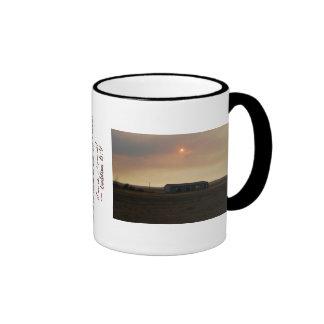 Taza de café de la puesta del sol de la cosecha
