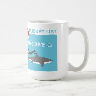 Taza de café de la zambullida del tiburón de la li