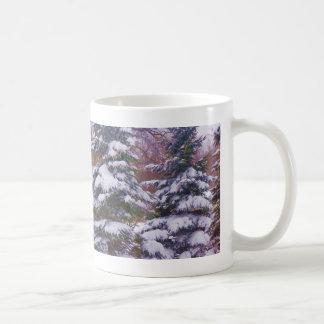 Taza de café de las coníferas del invierno
