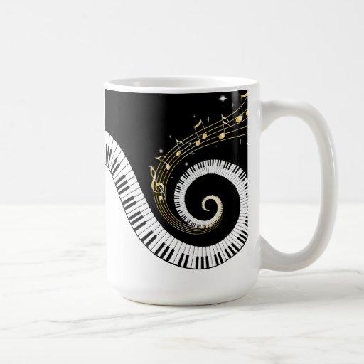 Taza de café de las llaves del piano y de las nota