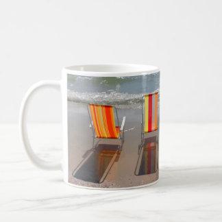 Taza de café de las sillas de playa