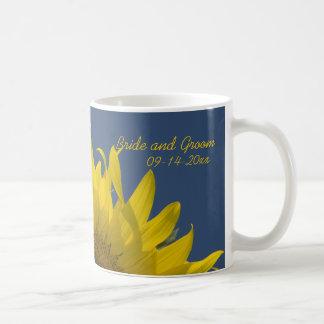 Taza de café de levantamiento del boda del girasol