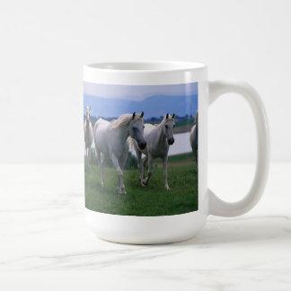 Taza de café de los caballos blancos