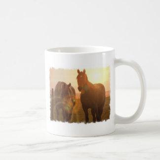 Taza de café de los caballos de la puesta del sol