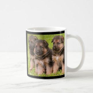 Taza de café de los perros de perrito del pastor a