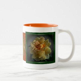 Taza de café de los rosas amarillos del tríptico
