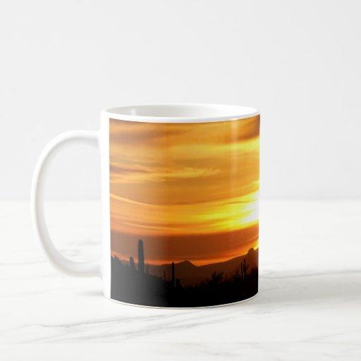 Taza de café de oro de la puesta del sol