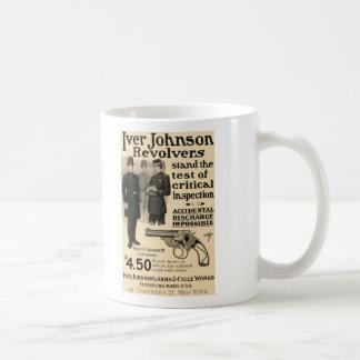Taza de café del anuncio del arma del revólver de