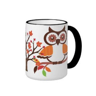 Taza de café del búho de la caída
